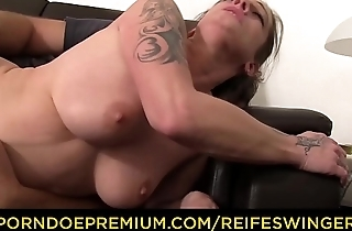 REIFE SWINGER - Libellous MMF threesome with piping hot mature German swinger