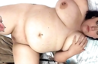 Thicc Bbw plays with herself