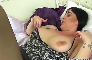 British milf Amber Leigh fucks herself with a dildo